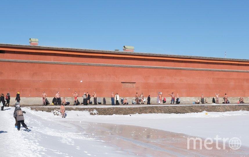 Загорающие у стен Петропавловской крепости. Фото Алена Бобрович