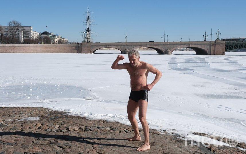 Петербуржец Андрей 25 лет делает зарядку возле Петропавловской крепости. Фото Алена Бобрович