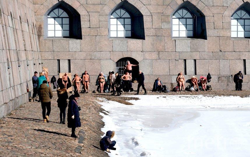 Загорающие у стен Петропавловской крепости уже давно стали местной достопримечательностью. Фото Алена Бобрович