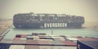 Гигантский контейнеровоз сел на мель. Как выглядит пробка в Суэцком канале