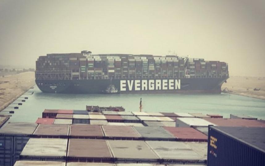 Севший на мель контейнеровоз перекрыл движение в Суэцком канале. Фото  twitter/jsrailton.