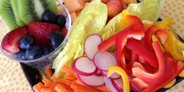 Увеличьте употребление фруктов и овощей.