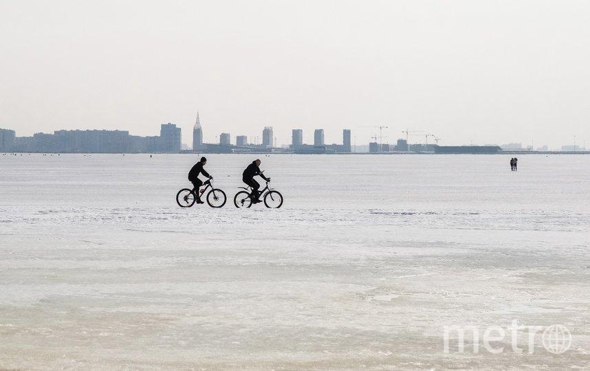"""По льду проехались и велосипедисты. Фото Алена Бобрович, """"Metro"""""""