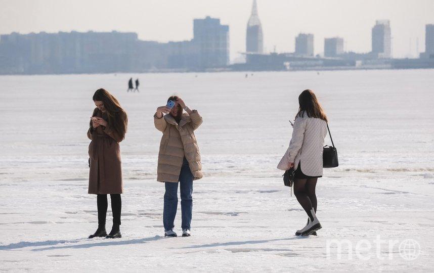 """Петербуржцы устроили фотосессию на подтаявшем льду. Фото Алена Бобрович, """"Metro"""""""