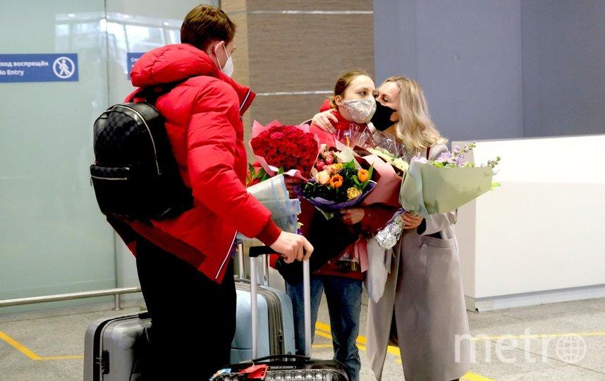 "Фигуристов встречали в Пулково с цветами. Фото Алена Бобрович, ""Metro"""