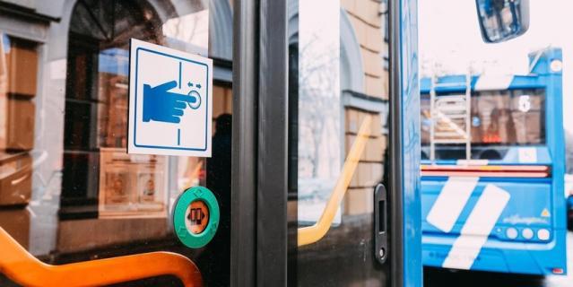 Все новые троллейбусы и трамваи оборудованы системой адресного открывания дверей.
