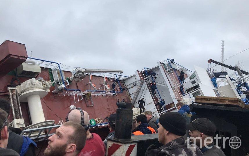 На судостроительном заводе перевернулся корабль. Фото sluhotradnoe.