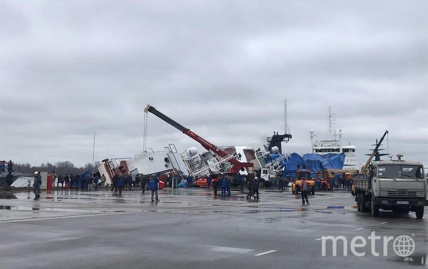 """На судостроительном заводе """"Пелла"""" опрокинулся корабль. Фото sluhotradnoe."""