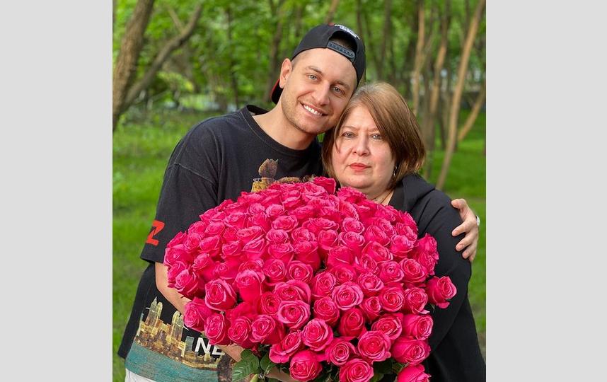 Давид Манукян с мамой. Фото скриншот Instagram:@dava_m