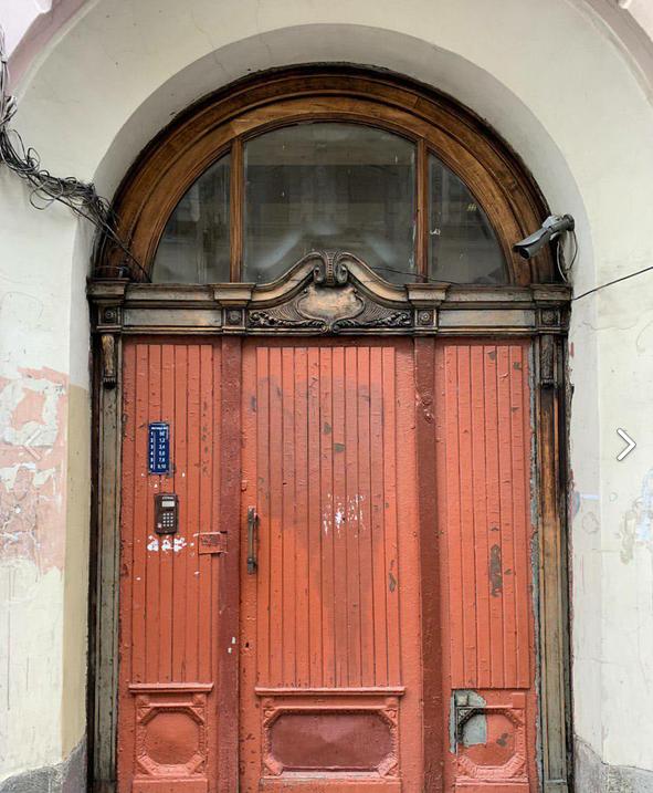 Двери в парадной дома Майзеля на Большом проспекте П. С. Фото Ника Артемьева.