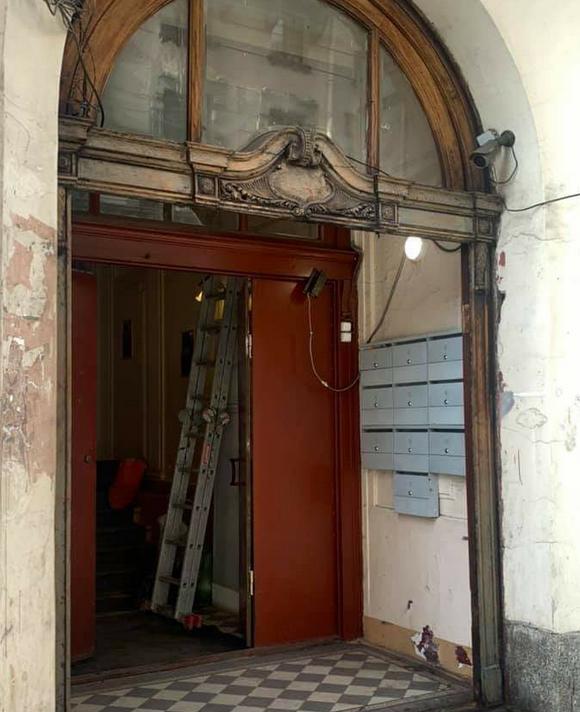 Двери в парадной дома Майзеля на Большом проспекте П. С. Фото Sasha Shorin.