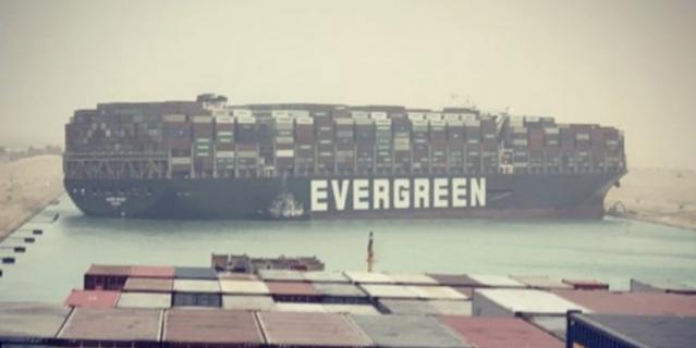 Севший на мель контейнеровоз перекрыл движение в Суэцком канале.