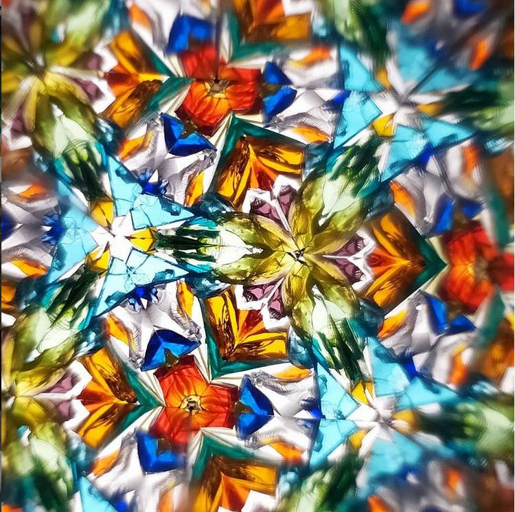 Помните, как из цветных осколков стекла складываются удивительные узоры. Фото instagram.com@woodheart24