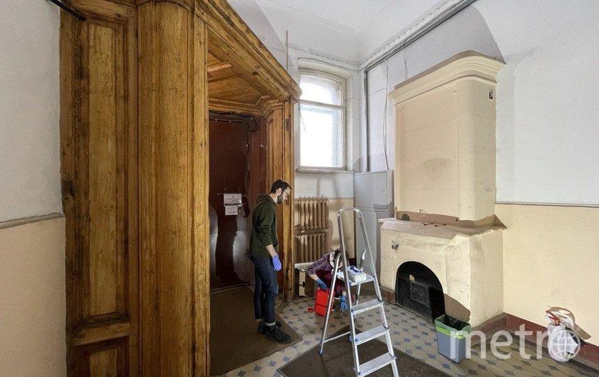 Добровольцы начали очищать печь в доходном доме Шведерского. Фото фонд «Внимание».