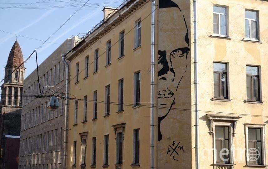 "Даниил Хармс на фасаде дома по адресу Маяковского, 11. Фото Алена Бобрович, ""Metro"""