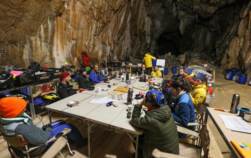 """Так выглядит быт участников. Все они одеты """"по погоде"""" – в пещере очень влажно. Фото Human Adaption Institute"""
