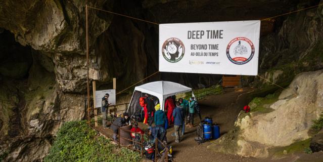 У входа в пещеру живут учёные, наблюдающие за состоянием участников.