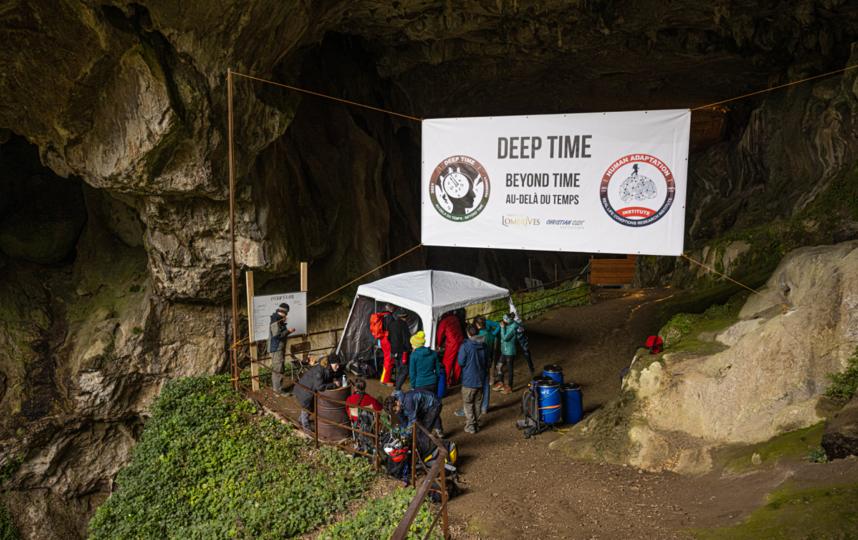 У входа в пещеру живут учёные, наблюдающие за состоянием участников. Фото Human Adaption Institute