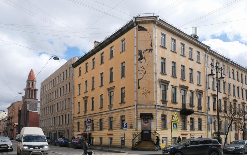 """После появления граффити здание на углу ул. Маяковского и Ковенского переулка стали называть домом Хармса. Фото Алена Бобрович, """"Metro"""""""