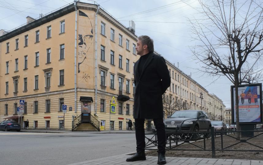 """Житель дома Даниил Петров надеется, что граффити не закрасят. Фото Алена Бобрович, """"Metro"""""""