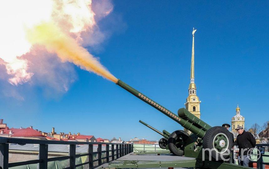 Владимир Борисович Краскин стреляет из пушки на Нарышкиным бастионе Петропавловской крепости. Фото Алена Бобрович.