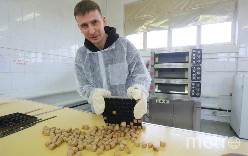 Репортёр Metro только что вынул из печи 80 буханочек хлеба. Фото Василий Кузьмичёнок