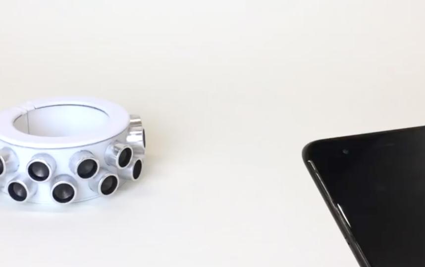 """""""Браслет тишины"""" состоит из 24 динамиков, излучающих ультразвуковые сигналы, которые заглушают расположенные поблизости микрофоны. Фото предоставлено разработчиками"""