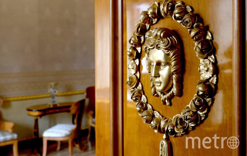 Елагин дворец называют дворцом дверей, декор ни одной из них не повторяется. Фото Алена Бобрович.