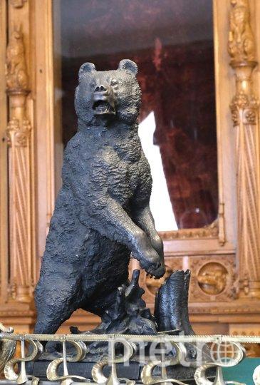 Статуэтка медведя в Охотничьем кабинете. Фото Алена Бобрович.