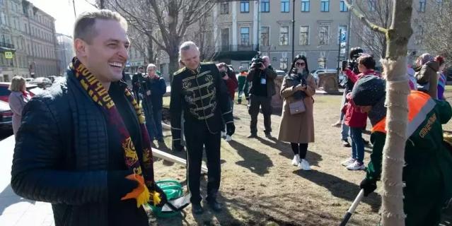 """В Петербурге высадили """"Цирковую аллею""""."""