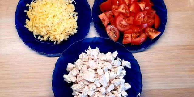 Курицу и помидоры порежьте, сыр натрите на терке.