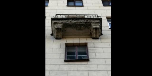 Балкон, с которого вчера отвалился кусок фасада.