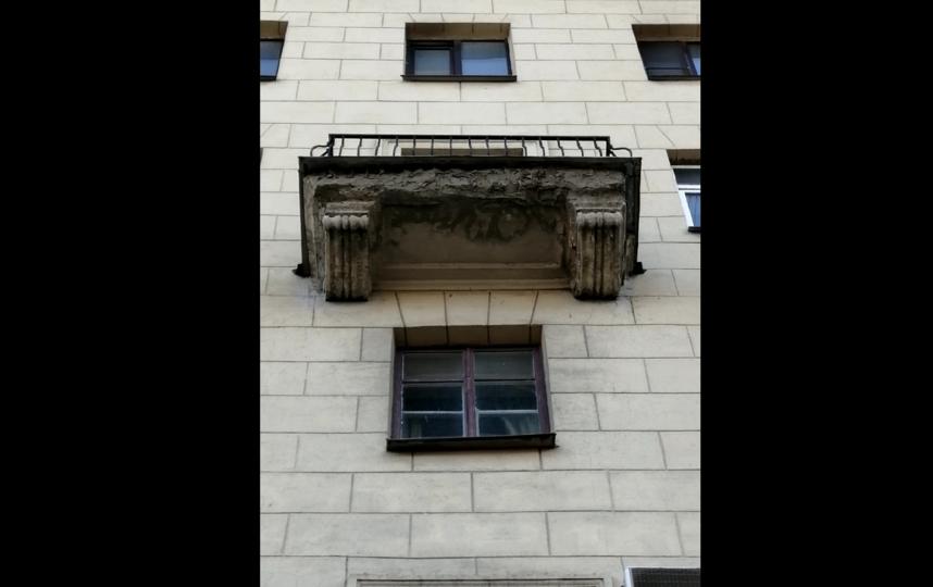 Балкон, с которого вчера отвалился кусок фасада. Фото предоставила Елена Секретная