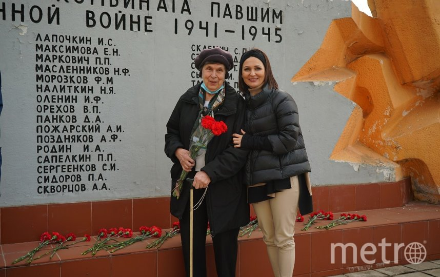 16 апреля Галина Сараева и Татьяна Буцкая уже возложили цветы к памятнику. Фото Екатерина Храмова