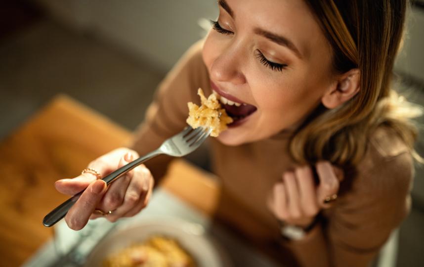 Чтобы добиться успеха в похудении, надо вырваться из смирительной рубашки добровольных лишений и снова начать получать удовольствие от различных блюд, уверяет автор новой книги. Фото ISTOK