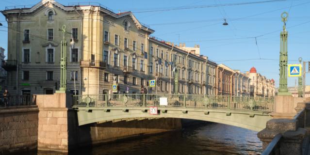 Вознесенский мост соединяет Казанский и Спасский острова в Петербурге.