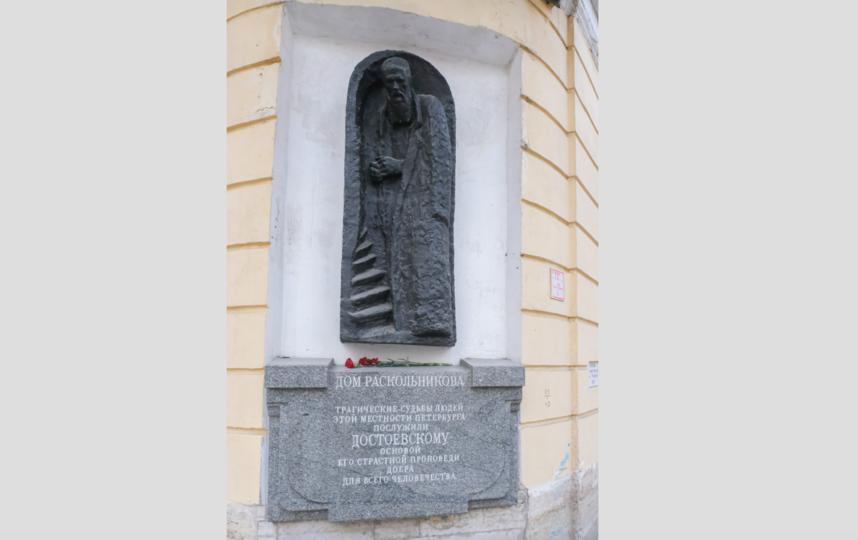 """К горельефу """"Дом Раскольникова"""" часто приходят туристы. Фото Алена Бобрович, """"Metro"""""""