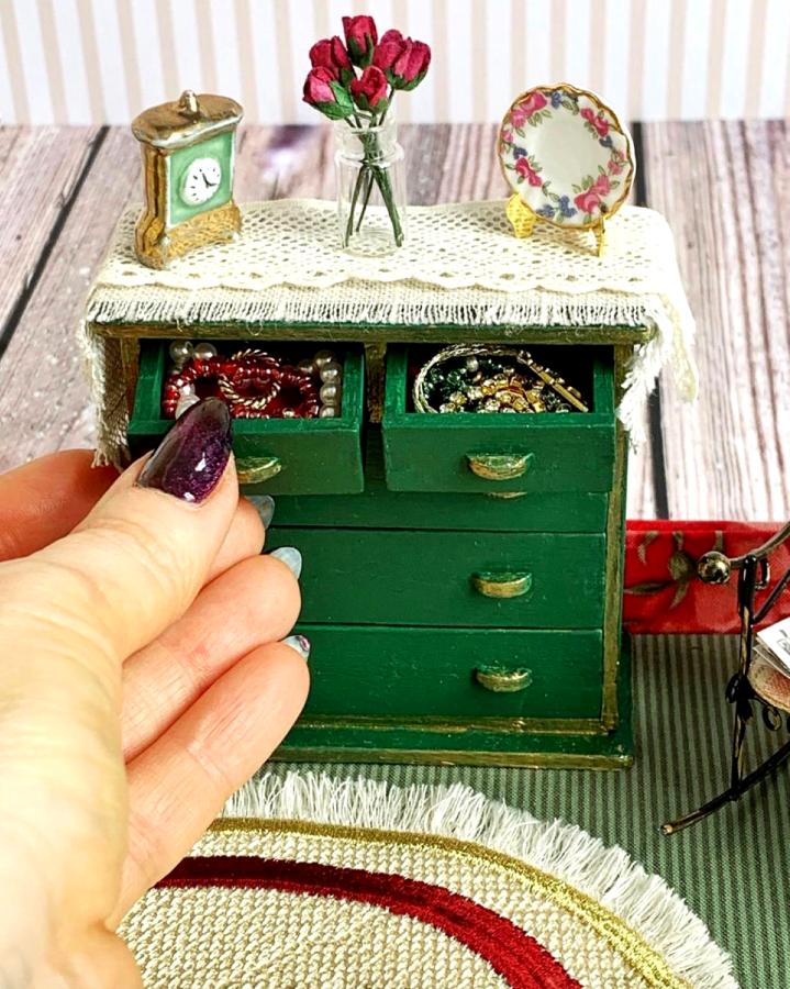 Для реалистичности крошечная мебель искусственно состаривается. Фото Instagram: @olgamokriskaya