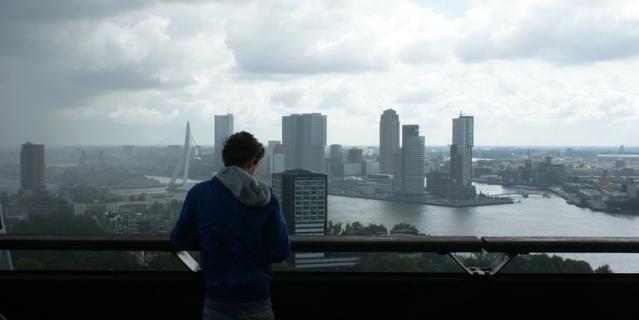 Люди в больших городах остро ощущают себя одинокими.