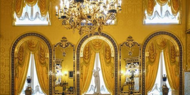 """Для Лионского зала специалисты изготовили 320 метров ткани """"золотой бутон""""."""