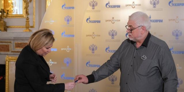 Реставратор Александр Соловьев дарит министру культуры РФ Ольге Любимовой кусочек лазурита.