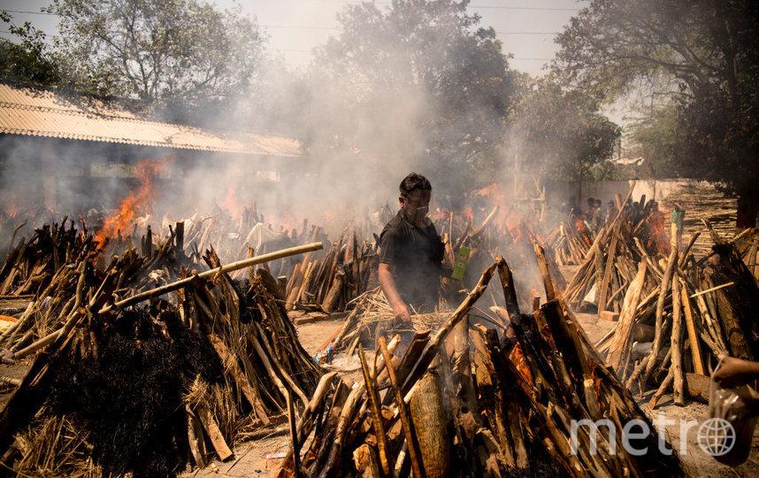 Ситуация заставила властей организовать временные площадки для сжигания тел на улице. Фото Getty