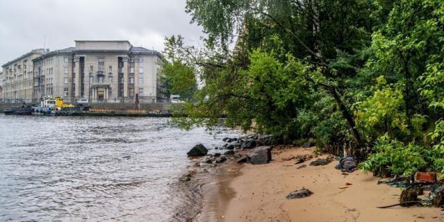 Дикий участок набережной Макарова.