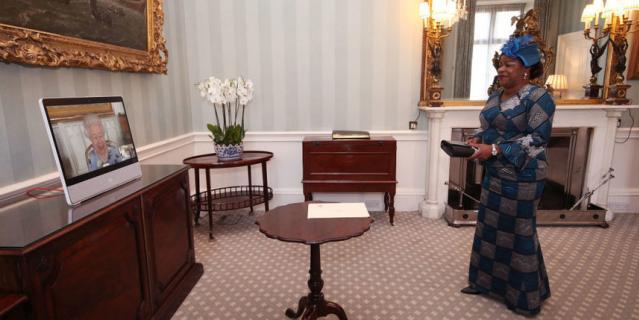 Послы прибыли в Букингемский дворец.
