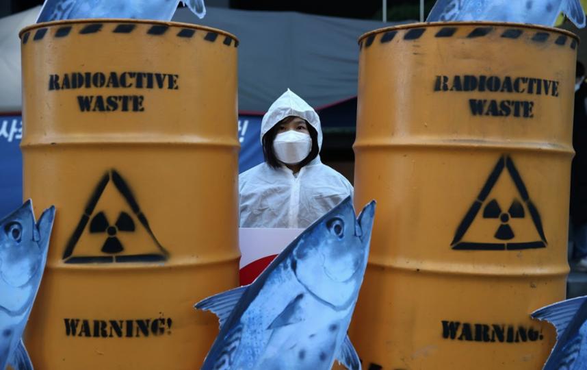 """Южнокорейский эколог протестует против планов Японии сбросить радиоактивную воду с АЭС """"Фукусима-1"""" в Тихий океан. Фото Getty"""