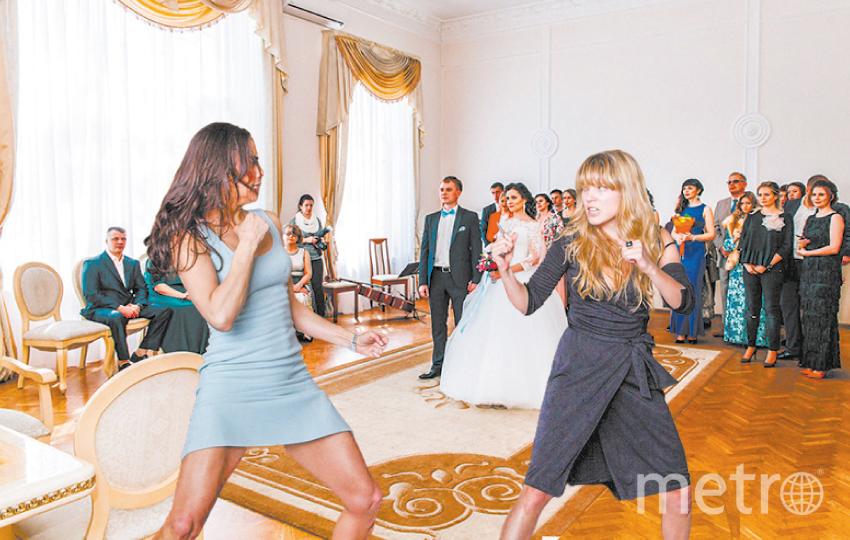 """Иваново. Как поделить пойманный свадебный букет? Миссия невыполнима! Фото """"Metro"""""""