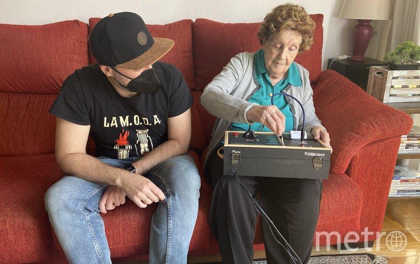 Внук с бабушкой и своей разработкой. Фото Twitter: @mrcatacroquer