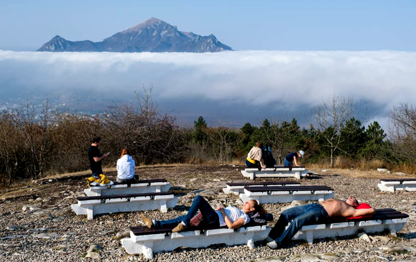 """На вершине горы Машук одновременно можно наблюдать туман и солнце. Фото Алена Бобрович, """"Metro"""""""