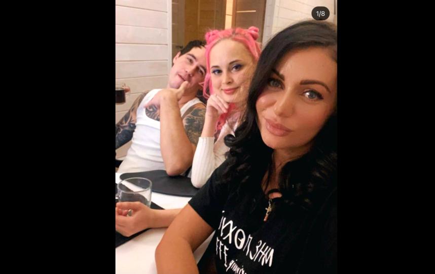 Марина (справа) сделала это коллективное селфи в начале вечеринки, через несколько часов Стас убьёт Валентину. Фото Instagram: @marinavip_777