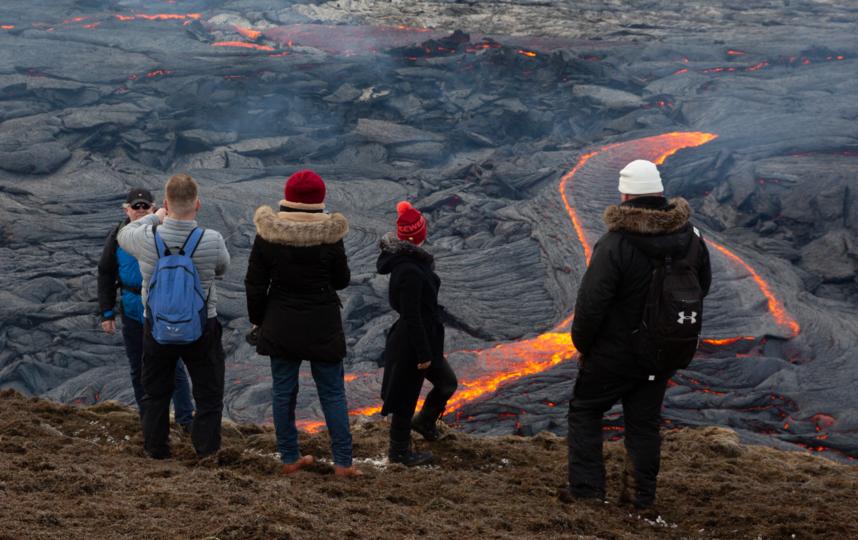 На этом фото лаву и людей разделяет высокий холм. Фото Getty